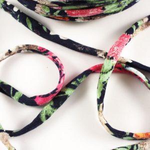 Trapilho au mètre fleuri sur marine - Bobine, pelote de t-shirt yarn, Hooked, zpagetti, trapillo. Fil de tissu recyclé pour crochet , bijoux, couture , décoration